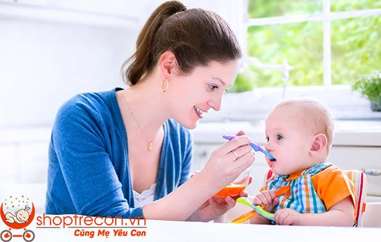 Ăn dặm truyền thống (phương pháp đút cho bé ăn)